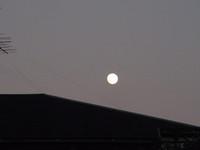 冬満月と屋根.JPG